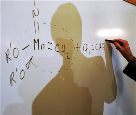 2005 Nobel Prize in Chemistry winner Schrock illustrates double carbon bond at Massachusetts Institute of Technology in Cambridge